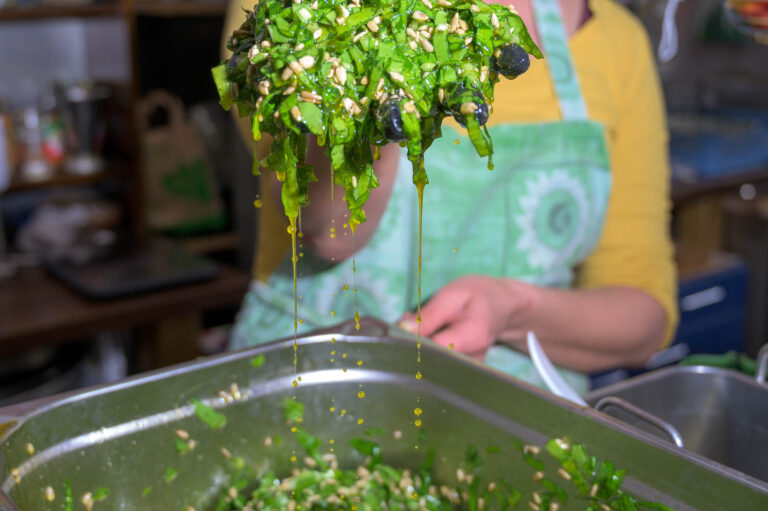 Pesto in Verarbeitung Kräuter und Kerne in Öl