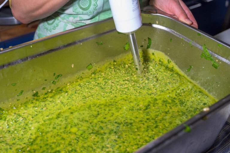 Pesto in Herstellung